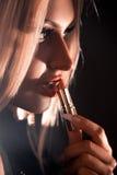 Cutie年轻金发碧眼的女人那支油漆红色唇膏 库存照片