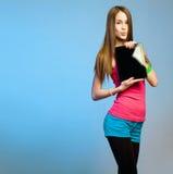 Cutie adolescente con la tableta para el espacio de la copia. Imágenes de archivo libres de regalías