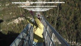 Cutie Anruf junger Dame, zum mit ihrem durchgehenden huse skybridge spazierenzugehen Junge Dame, die das Gehen durch skypark geni stock footage