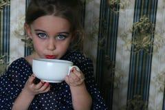 Cutie avec une tasse Photo stock