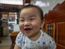 Cutie behandla som ett barn den stiliga asiatiska pojken royaltyfri foto