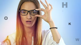 Cutie blondynki młoda dama sprawdza jej wzrok z wirtualnymi listami w powietrzu zbiory