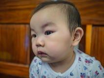 Cutie en de knappe Aziatische jongensbaby of de zuigeling maken een gezicht als geinteresseerd stock afbeeldingen