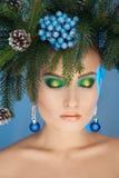 Cutie jonge vrouw met Kerstmis boom-kroon op hoofd en aardige make-up stock fotografie