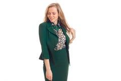 Cutie młodej blondynki biznesowa kobieta ono uśmiecha się z zamkniętymi oczami w zieleń mundurze Obrazy Royalty Free
