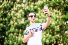 Cutie man i solglasögon med koppen kaffe arkivfoton