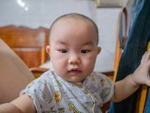 Cutie och fett asiatiskt pojkespädbarn royaltyfri foto