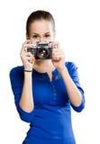 Cutie trigueno usando cámara de la foto. Imagen de archivo