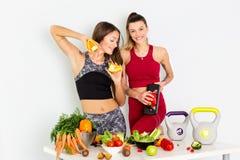 cuting在白色背景的美丽的年轻女人健康菜 概念饮食 - 图象 免版税库存图片