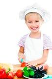 Cuting λουκάνικο μικρών κοριτσιών Στοκ Εικόνες