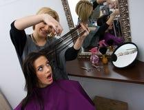 Cuting de vrouwenhaar van de herenkapper royalty-vrije stock foto's