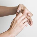 Cuting flår nästan fingernails fotografering för bildbyråer