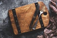 Cutlery i stara tnąca deska Karmowy menu pojęcie zdjęcia royalty free