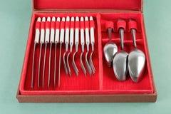 Cutlery ustawiający z rozwidleniami, knifes i łyżkami w pudełku, zdjęcia stock