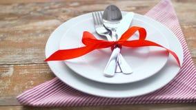 Cutlery wiążący z czerwonym faborkiem na talerzu zdjęcie wideo