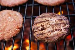 Cutlet βόειου κρέατος στη σχάρα Στοκ εικόνες με δικαίωμα ελεύθερης χρήσης
