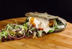 Cutlet κοτόπουλου στο ρόλο Στοκ φωτογραφία με δικαίωμα ελεύθερης χρήσης