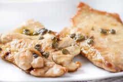 Cutlet κοτόπουλου με το λεμόνι και τις κάπαρες Στοκ εικόνα με δικαίωμα ελεύθερης χρήσης
