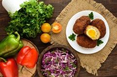 Cutlet μίνι-ρόλων κρέατος με το βρασμένο αυγό και τη φρέσκια σαλάτα βιταμινών του κινεζικού λάχανου και των πρασίνων Στοκ Εικόνες