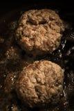 Cutlet που τηγανίζεται στο πετρέλαιο σε ένα τηγανίζοντας τηγάνι Εκλεκτική εστίαση τονισμένος Στοκ Φωτογραφία
