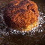 Cutlet που τηγανίζεται στο πετρέλαιο σε ένα τηγανίζοντας τηγάνι Εκλεκτική εστίαση Στοκ φωτογραφία με δικαίωμα ελεύθερης χρήσης