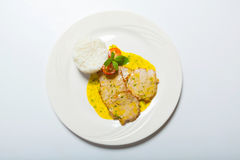 Cutlet χοιρινού κρέατος με τη σάλτσα και το ρύζι κάρρυ Στοκ Εικόνες