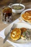 Cutlets ή τηγανίτες πατατών με τη σάλτσα μανιταριών και τα πράσινα κρεμμύδια Αγροτικό ύφος στοκ εικόνες
