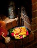 Cutlets και λαχανικά που ψήνονται στη σχάρα σε ένα skillet σιδήρου στοκ φωτογραφίες με δικαίωμα ελεύθερης χρήσης