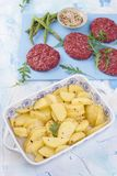 Cutlets κρέατος για το ψήσιμο στη σχάρα και το σπαράγγι Πατάτες σε ένα φύλλο ψησίματος Πρωτεϊνικά τρόφιμα διάστημα αντιγράφων στοκ εικόνες με δικαίωμα ελεύθερης χρήσης