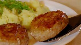 Cutlets με τις πατάτες και το μάραθο στο πιάτο κλείνουν επάνω απόθεμα βίντεο