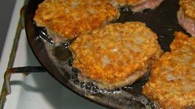 Cutlets που τηγανίζονται σε ένα τηγάνι απόθεμα βίντεο