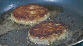 Cutlets που τηγανίζουν στο τηγάνι φιλμ μικρού μήκους