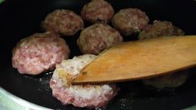 Cutlets τηγανητά σε ένα τηγάνι φιλμ μικρού μήκους