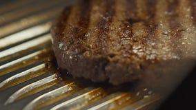 Cutlets φρέσκου κρέατος σε μια τηγανίζοντας παν σχάρα απόθεμα βίντεο