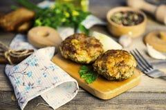 Cutlets χοιρινού κρέατος με τα πράσινα στοκ εικόνα
