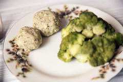Cutlets χοιρινού κρέατος με το μπρόκολο στο πιάτο Στοκ Εικόνα