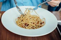 Cutomer aprecia comer um espaguete Fotografia de Stock Royalty Free