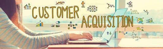 Cutomer nabycie z kobietą pracuje na laptopie zdjęcie royalty free