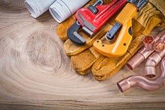 Cutte del tubo de la llave inglesa de los guantes protectores de los dibujos de construcción Fotografía de archivo