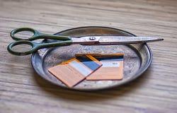 Cutted信用卡,剪刀,破产客户,没有金钱 库存图片