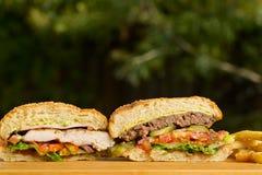 2 cutted бургера с расплавленным сыром и толщиной Стоковое Фото
