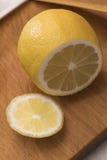 Cutted cytryna na kuchennej tnącej desce Fotografia Stock