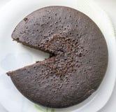 Cutted den ljusbruna kakan för choklad, ett stycke ut royaltyfria bilder
