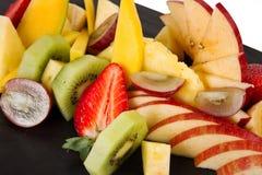 Cutted frukt på en platta Royaltyfria Foton
