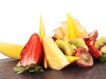 Cutted frukt på en platta Arkivbilder