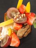 Cutted frukt på en platta Arkivfoto