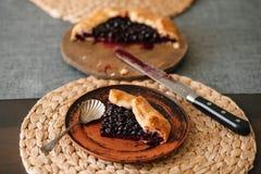 Cutted galette用季节性莓果 舱内甲板在背景的被放置的酥脆夏天莓果饼与拷贝空间 免版税图库摄影