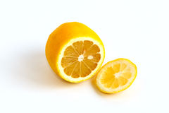 Cutted-Gelbzitrone auf einem Weiß Stockbild
