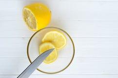 On cutted le citron et deux tranches de citron dans la glace Photo libre de droits