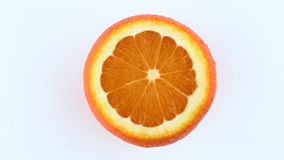 Cutted orange frukt som roterar bakgrund isolerad white Sikt från ovannämnt/över huvudet Nära övre makro arkivfilmer